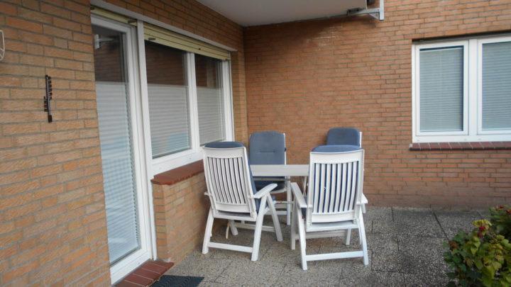 gemuetliche-sitzecke-auf-der-terrasse