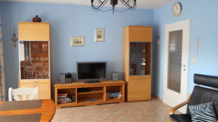 wohnzimmer-mit-fernseher-cd-u-dvd-player